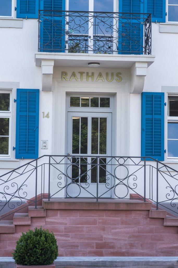 Zu sehen ist die Eingangstür des Rathauses